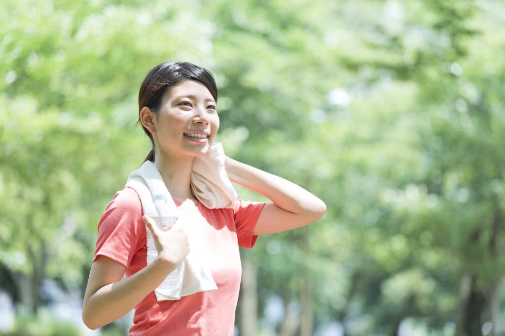 運動をして汗をかく女性