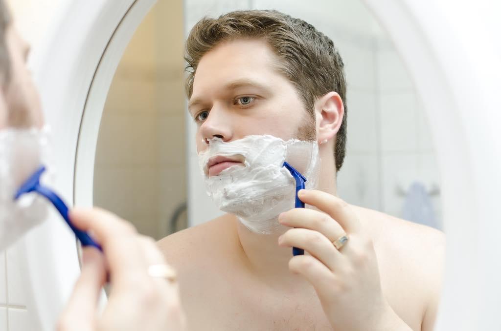 髭を剃る男