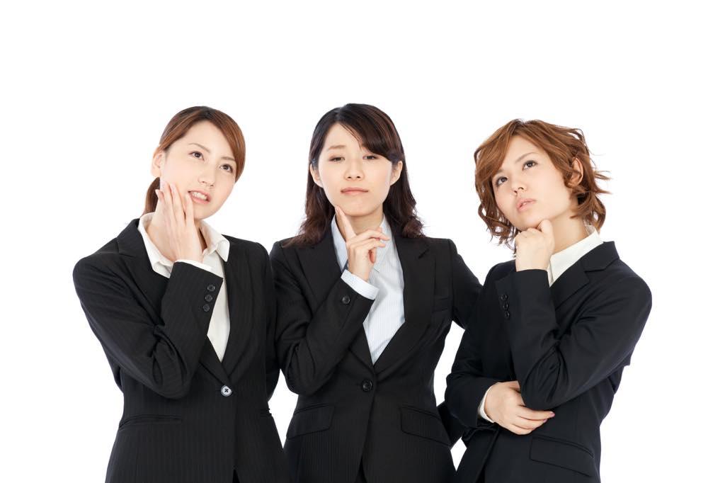 スーツの女性三人