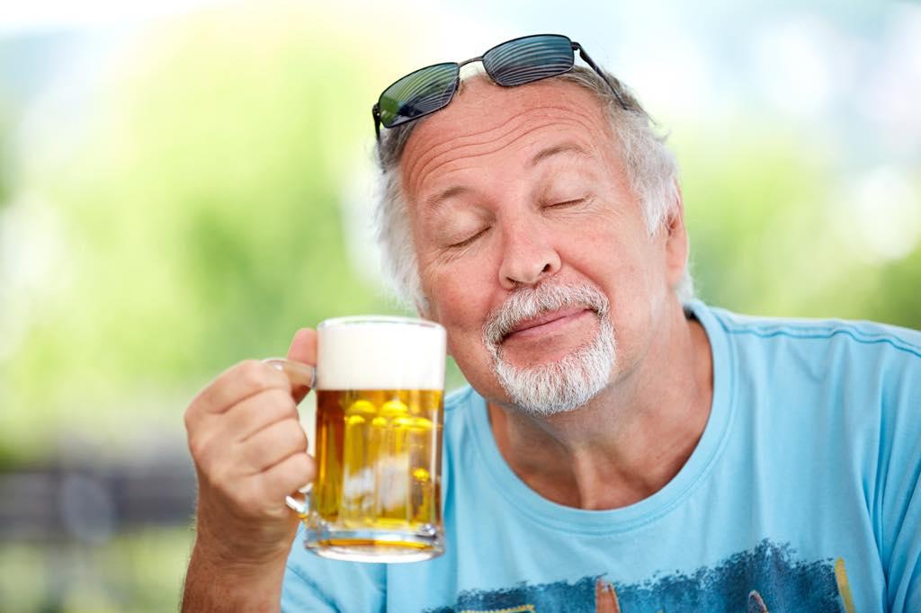 ビールを飲むおじいさん