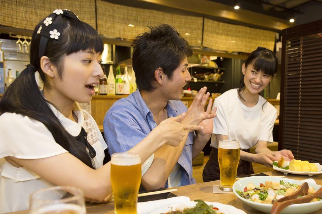 飲み会を楽しむ男女