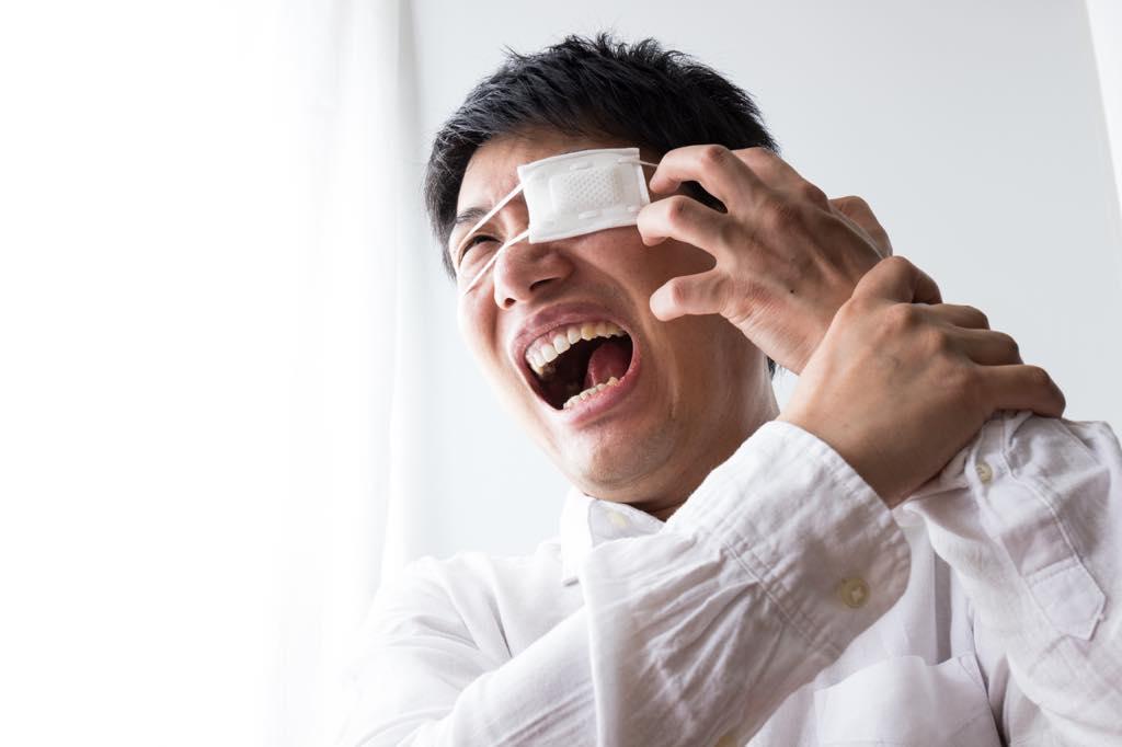 目の病気に悩まされる男性