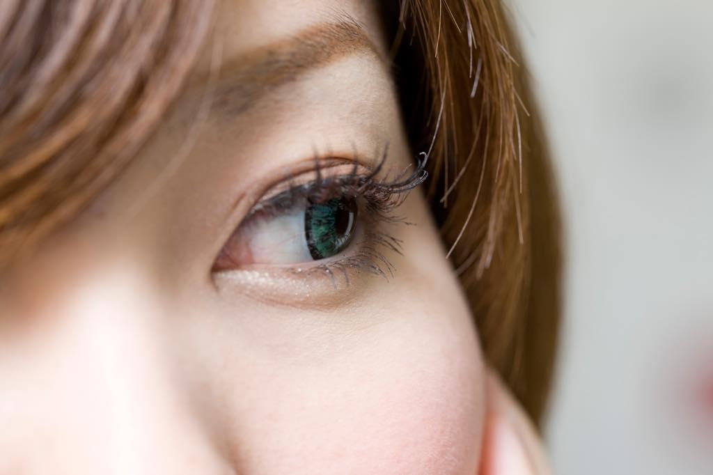 眼球を動かす女性