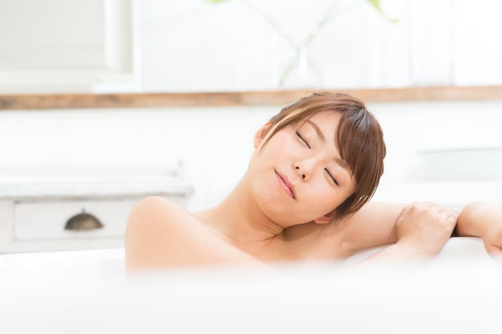お風呂でゆったりする女性