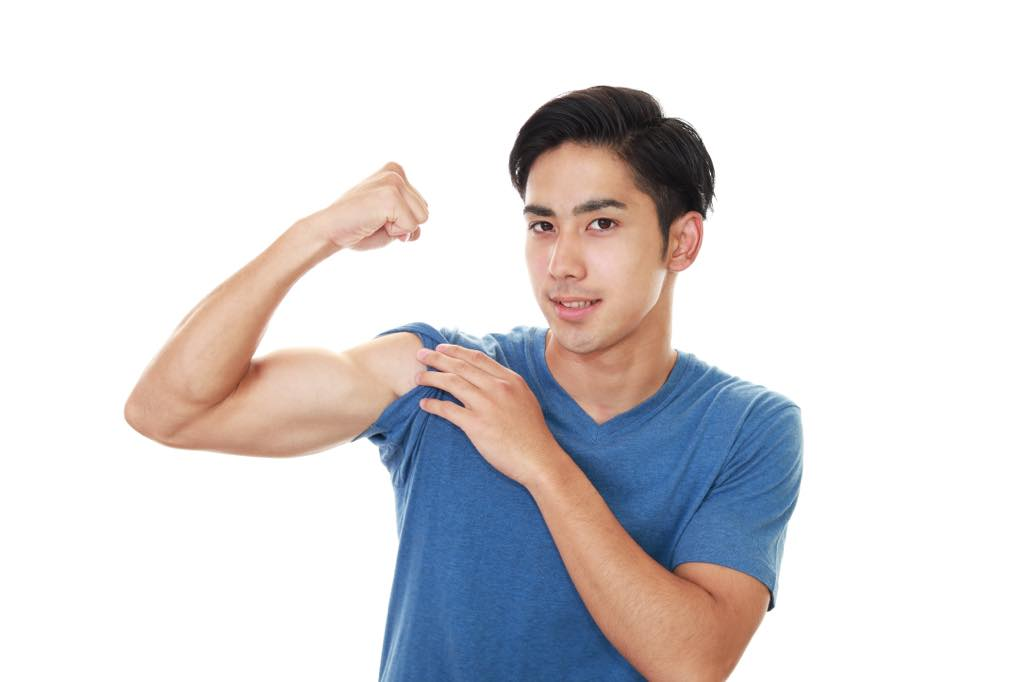 筋肉を自慢する男性