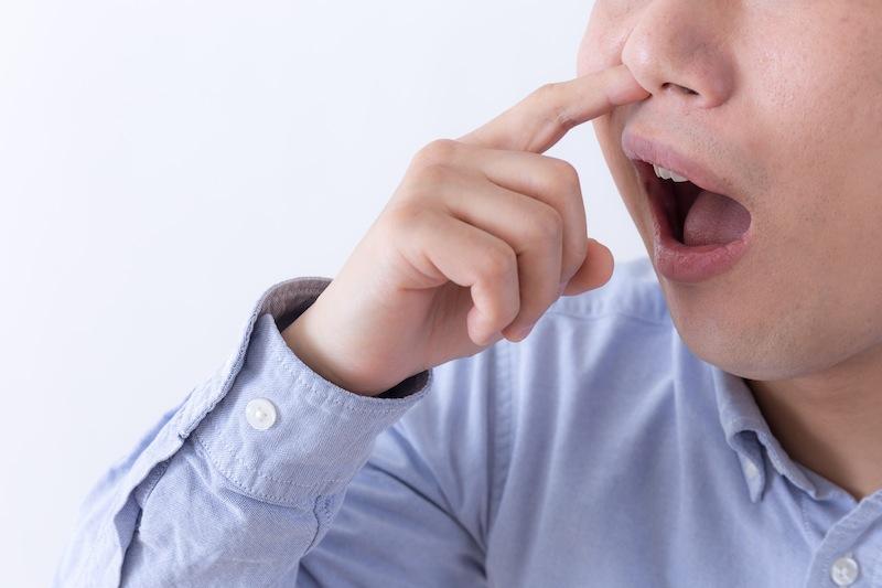 鼻がつまっている男性