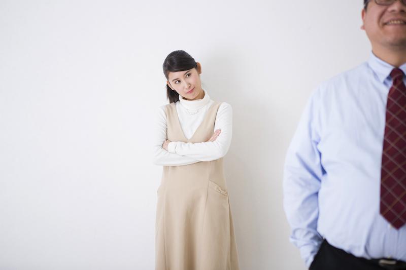 加齢臭の父を見つめる娘