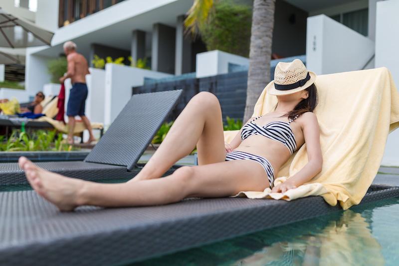 プールでのんびり日焼けする女性